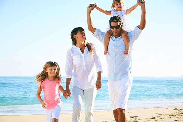 happy-family-on-the-beach-P9MY8YV